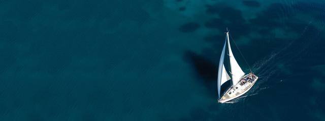 Zračna letjelica ultra široka fotografija prekrasnog jedrenjaka koji plovi u tropskom egzotičnom zaljevu s smaragdno čistim morem