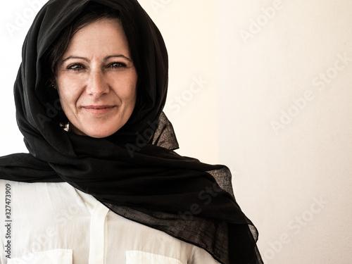 Photo Happy cheerful Caucasian businesswoman wearing hijab