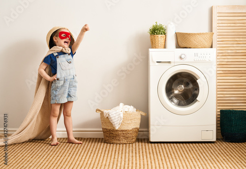 Obraz family doing laundry - fototapety do salonu