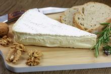 Tranche De Brie Et Pain Sur Une Planche à Découper