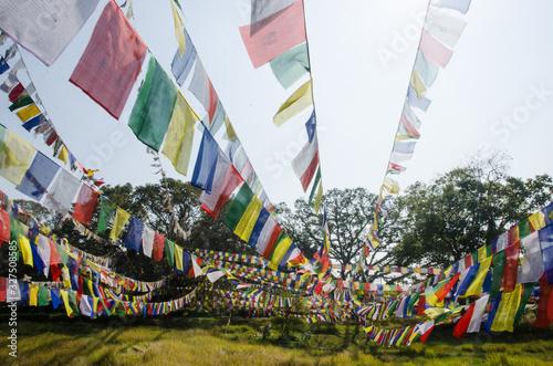 Photo Banderas de oración de colores en Lumbini