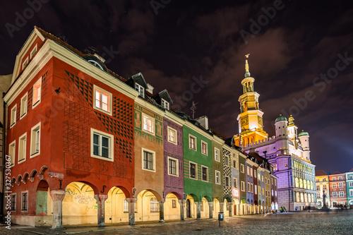 Obraz Ratusz i kamienice kupców na Starym Rynku w Poznaniu, wieczorny widok - fototapety do salonu