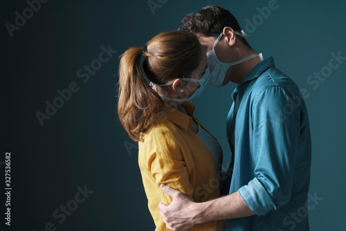 Photographie Young loving couple wearing face masks
