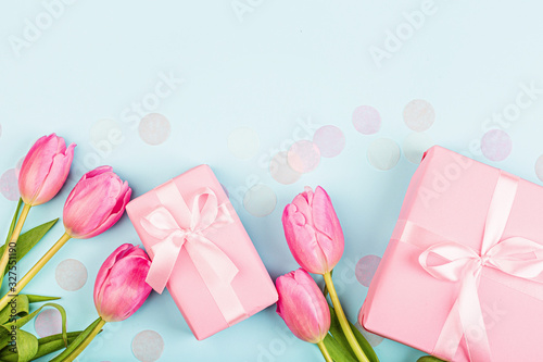 Fototapeta View from above tulips and gift box with copy space on blue. Background for womens day, 8 March Valentines day, 14 february. Flat lay style, top view, mockup, template, overhead. Greeting card obraz na płótnie