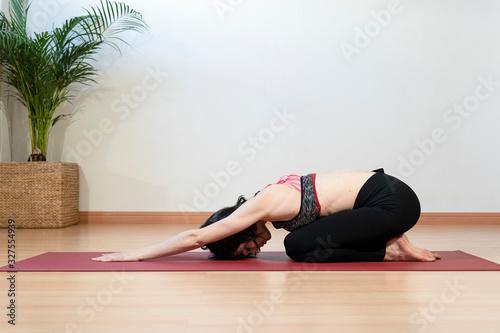 Chica joven haciendo yoga en un estudio Wallpaper Mural