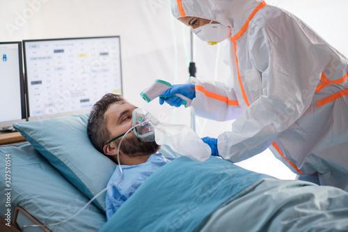 Infected patient in quarantine lying in bed in hospital, coronavirus concept Fototapet