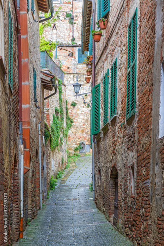 Photo Narrow old alley between houses