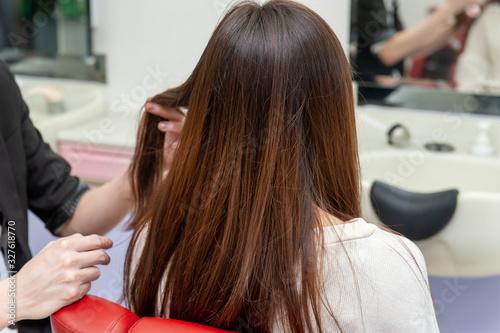 Obraz 美容室でのヘアケア 女性の美しい髪 - fototapety do salonu