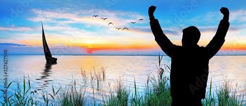 joven feliz mirando el atardecer en el mar Tablou Canvas