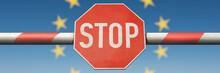 Schlagbaum Mit Stop-Schild Mit Europa-Sternen Im Hintergrund