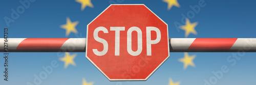 Photo Schlagbaum mit Stop-Schild mit Europa-Sternen im Hintergrund