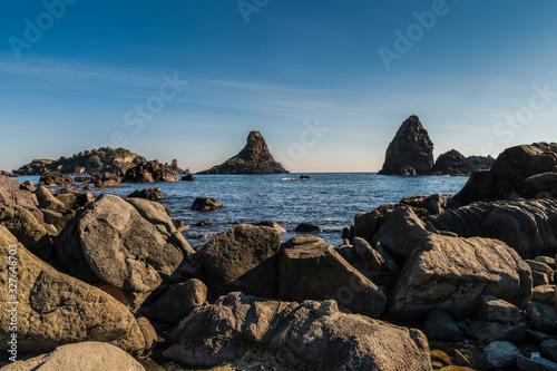 Photo Coastline of sicilian coastal village Acireale and island of cyclops, province o