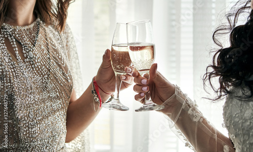 Photo Cheers! Photo bride with her friends drinking champagne from glasses