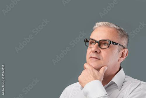 Fotomural Mature pensive man portrait on gray background