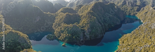 Photo Aerial view of Barracuda lake in Coron, Palawan, Philippines
