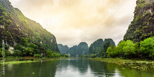 Photo Tam Coc National Park - Tourists traveling in boats along the Ngo Dong River at