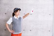 ゴルフウェアの女性