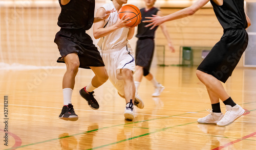 Photo 人と人がぶつかり合うバスケットボールの試合