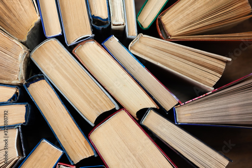 Photo Old and well used hardback books or text books in a book shop or library