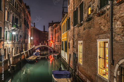 Платно Small canal in Venice at night