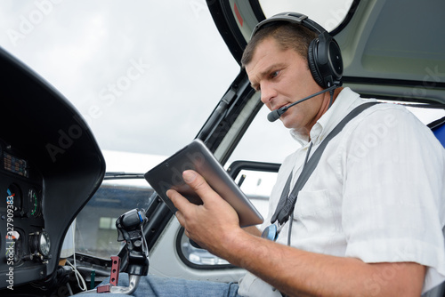 Photo a pilot holding a tablet