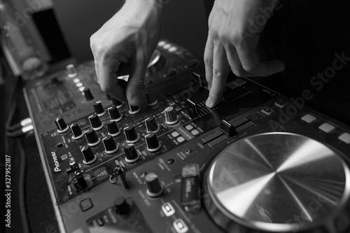 Fotografie, Obraz dj mixing music in club
