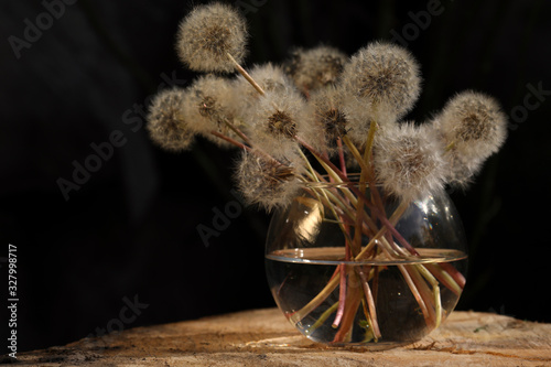 Photo flowers in vase on black background