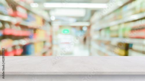 Fotografía blur local supermarket convenience store background with cement perspective tabl