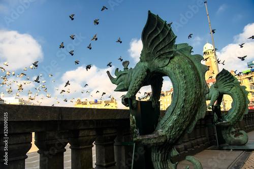 Fotografía Bronze chimera Dragon figures statues in front of the Copenhagen City Hall, Denmark