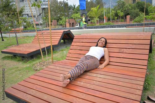 Photo Mujer morena latina haciendo ejercicios de yoga