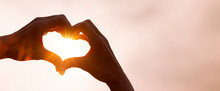 Als Herz Geformte Hand Im Gege...