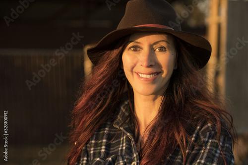 Fotografia Ritratto di bella donna sorridente al tramonto