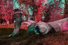 Kaputter Dinosaurier Liegend Rot