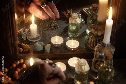 Foto Hand of fortuneteller with a magic symbol during spiritual session