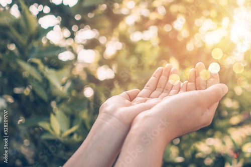 Photo Woman hands place together like praying in front of nature background