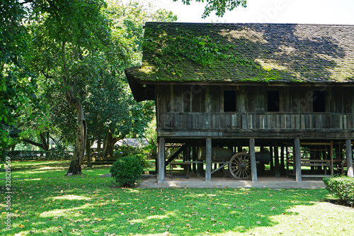 Photo Thai architecture and exterior design of old Kalae house, Rice granary and towns