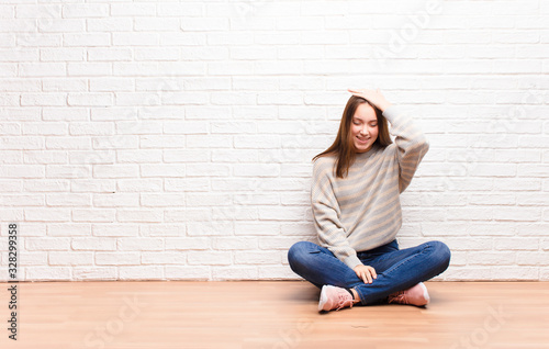 Photo young blonde pretty girl laughing and slapping forehead like saying d'oh! I fo