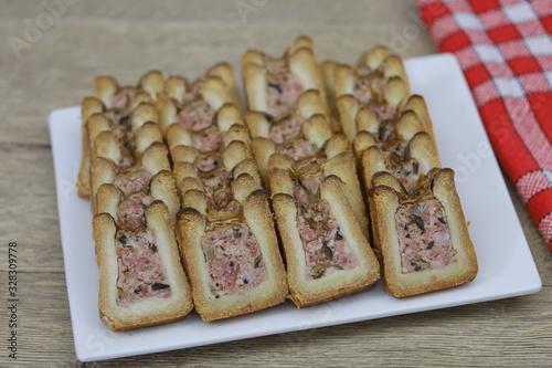 Valokuva pâté en croûte tranché dans une assiette