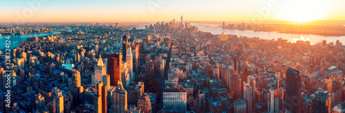 Foto Amazing aerial panoramic view of Manhattan wit sunset