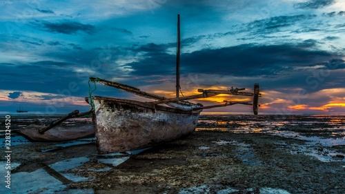barca de pesca africana al atardecer Canvas Print