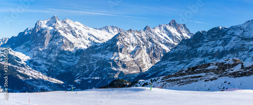 Photo Wide parnoramic view of snow covered Swiss Alps in Grindelwald ski resort in the