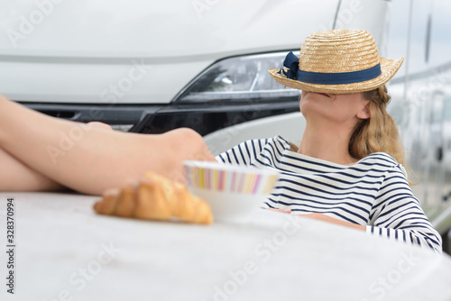 Foto woman resting with feet on table by her motorhome