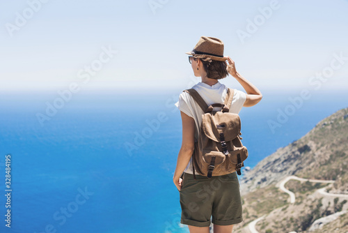 Fotomural Young woman traveler looking at the sea