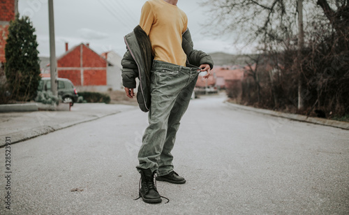 Photo Teenager posing on the streets in baggy jeans, stylish outfit