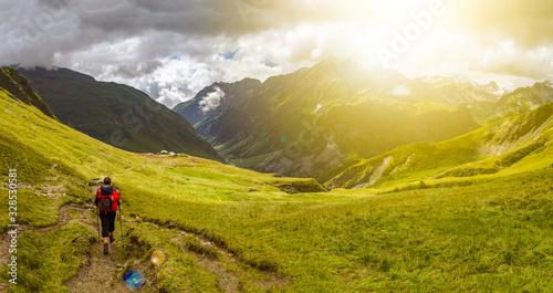 Panorama de montagne et randonneur avec lumière du soleil Fototapet