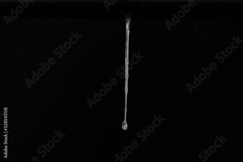 Photo Echter Schleim vor schwarzem Hintergrund tropft herunter