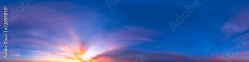 Obraz Nahtloses Himmels-Panorama mit intensivem Morgenrot in 360-Grad-Ansicht mit schöner Cumulus-Bewölkung zur Verwendung in 3D-Grafiken als Himmelskuppel oder zur Nachbearbeitung von Drohnenaufnahmen - fototapety do salonu