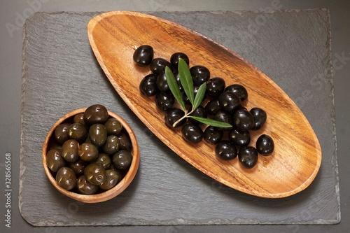 variedad de Aceitunas  en platos de madera en fondo negro Wallpaper Mural