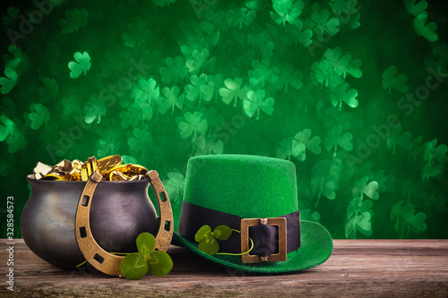 Tablou Canvas St Patrick's Day hat and pot with gold coins on green twinkling bokeh background