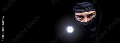 Canvas-taulu Einbrecher mit Taschenlampe